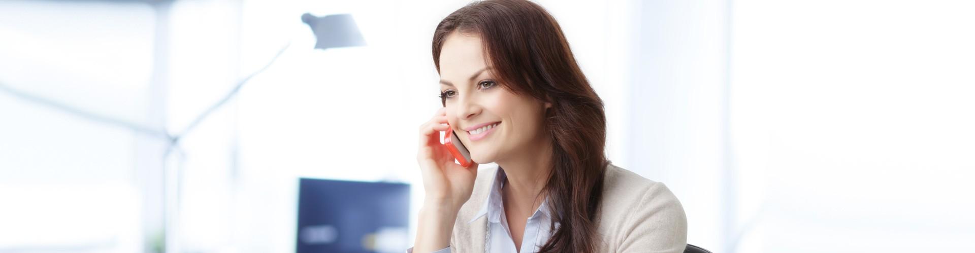 Frau telefoniert mit Handy