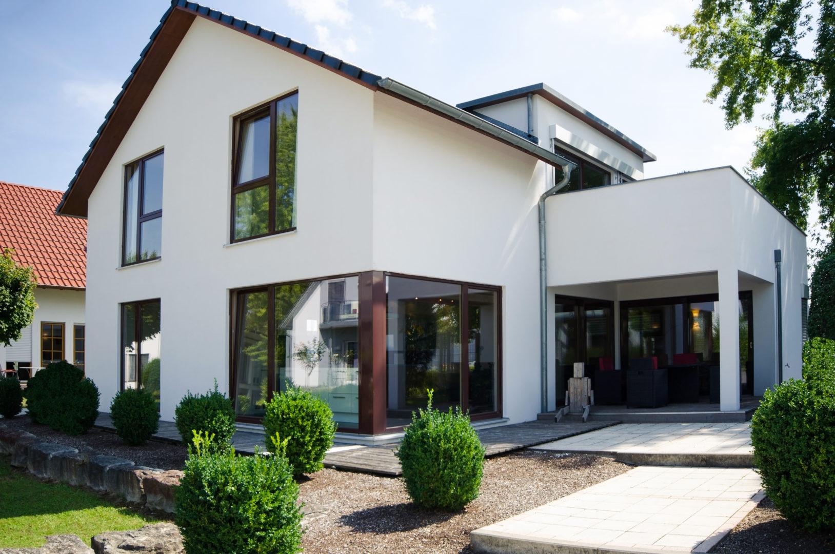 Weißes modernes Einfamilienhaus