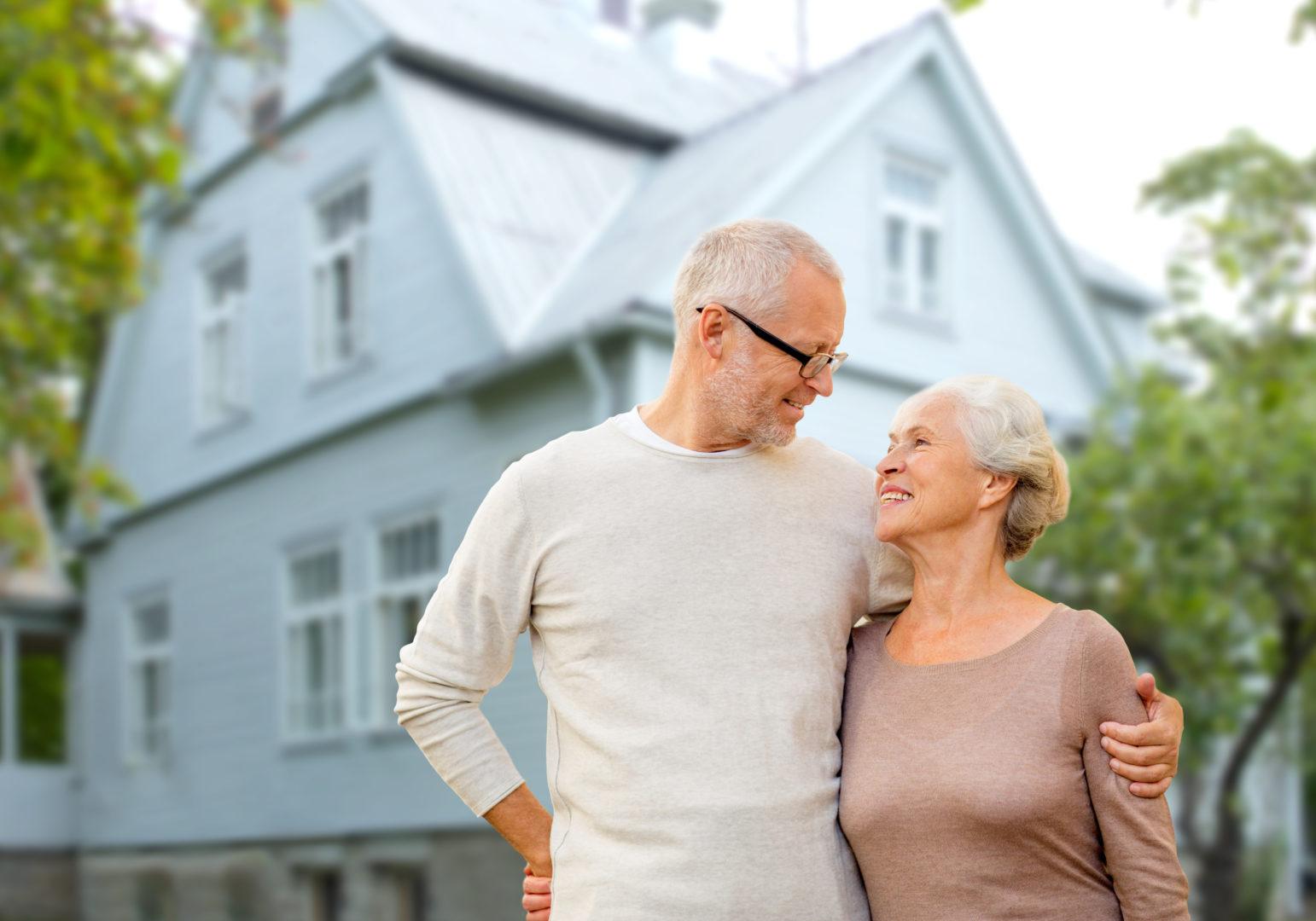 Senioren stehen vor Haus
